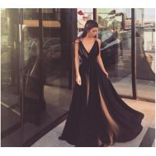 Rochie lunga eleganta neagra cu decolteu in V si accesorii metalice